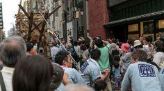 Un moment très attendu par la foule, lorsque la hallebarde du char est hissé vers le ciel