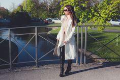 Modeblogger und Fashionblogger München Outfit mit Lederhose bzw. Lederleggings und weißem Sommermantel im Hofgarten. Sommerlook und Sommeroutfit in München