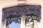 Les lambrequins sont généralement en fonte, mais ils peuvent être aussi en tôle de fer ou même en bois. Le terme « lambrequin » vient originellement de la décoration d'intérieur