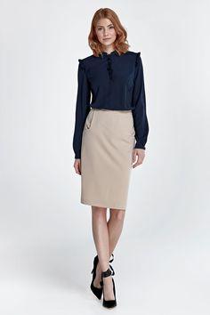 Impossible de ne pas posséder une jupe crayon dans sa garde-robe. Cette jupe glamour réunit à la fois élégance et praticité avec ses deux poches sur les côtés.