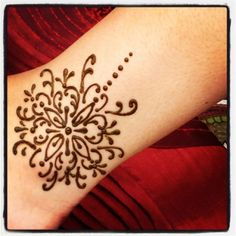 Henna tatto... I want to do a traditional one but I also want to do a summer inspirational one.