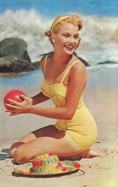 Vintage bathing beauty in a pin-up swimsuit! Pin Up Vintage, Mode Vintage, Vintage Yellow, Vintage Beauty, Retro Vintage, Vintage Beach Photos, Vintage Style, Vintage Woman, Vintage Surf