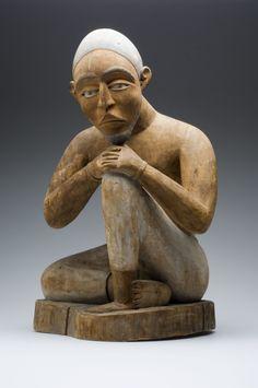 COLLECTIE TROPENMUSEUM Beschilderd houten beeld van een zittende man TMnr…