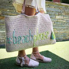 ¿Sabes poner un botón de imán en un bolso de trapillo? Tutorial foto a foto Crochet Art, Love Crochet, Crochet Things, Beach Please, Diy Handbag, Fashion Bags, Womens Fashion, Types Of Bag, Knitted Bags