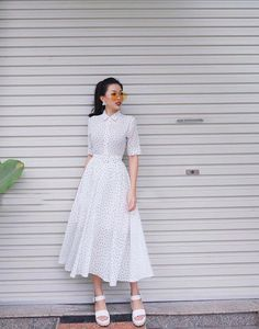 White and black polka dot midi dress Modest Dresses, Modest Outfits, Classy Outfits, Simple Dresses, Skirt Outfits, Modest Fashion, Pretty Dresses, Dress Skirt, Casual Dresses