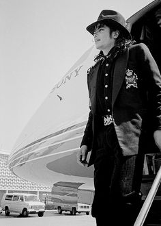 Michael Jackson getting off of his spaceship. Michael Jackson getting off of his spaceship. The Jackson Five, Jackson Family, Mike Jackson, Oprah Winfrey, Barack Obama, Michael Jackson Wallpaper, Michael Jackson Bad Era, Mj Bad, King Of Music