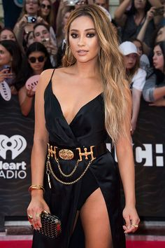 I think Shay Mitchell wins for best beauty look of the night at the iHeartRadio MMVAs! Check out her blonde hair makeover below! Honey Brown Hair, Honey Blonde Hair, Blonde Hair Girl, Blonde Hair Brown Skin, Hair Color For Tan Skin Tone, Hair Color For Brown Eyes, Shay Mitchell Blonde, Shay Mitchell Style, Shay Mitchell Makeup