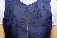 ab April     EDITIONS-Dirndl aus fließender Seide mit Ausseer Handdruck. Dirndlbluse aus Baumwolle mit angeschnittenem Stehkragen. Schürze aus handbedruckter Seide. Schnapsflascherl als Beigabe. Flag, Mandarin Collar, Silk, Summer, Handarbeit, Cotton, Science, Flags