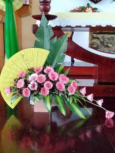 Tropical Floral Arrangements, Creative Flower Arrangements, Church Flower Arrangements, Beautiful Flower Arrangements, Tropical Flowers, Altar Flowers, Church Flowers, Wedding Flowers, Balloon Columns