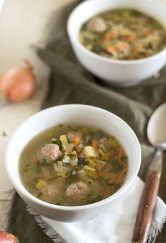 Het recept voor een heerlijke, SNELLE, goed gevulde groentesoep precies zoals oma hem vroeger maakte met lekker gehaktballetjes.
