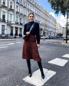 Midi Skirt Outfit, Winter Skirt Outfit, Winter Boots Outfits, Winter Work Fashion, Winter Style, Black Knee High Boots Outfit, Knee Boots, Skirts With Boots, Skirt Boots