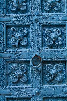 detail door - Jaisalmer India by Phil Marion Les Doors, Windows And Doors, Azul Indigo, Indigo Blue, Portal, Door Images, Door Detail, Knobs And Knockers, Calming Colors