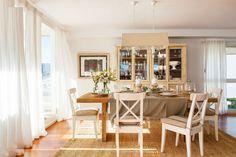 Comedor con mesa rectangular de madera y alacena en crema_00421097