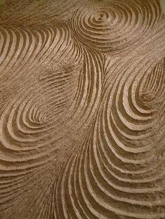 Bewerk de oppervlakte van karton alsof het zand is aan het strand. Experimenteer.