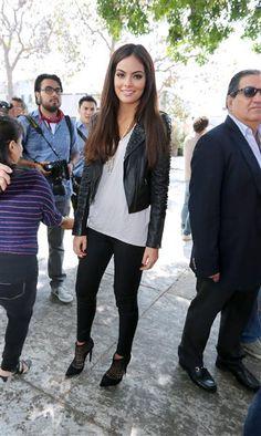 Por Wendy BarbaCon el cambio de temporada llegan los cambios de la moda. Ximena Navarrete tiene un estilo único. Con sus pantalones negros, chaqueta de cuero, botines y la combinación blanco y negro, le atinó a lo que se espera que sean las tendencias más llamativas de esta temporada.