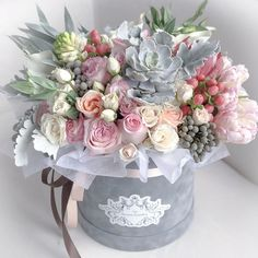 I love the succulents paired with a spread of flowers. Makes such a gorgeous pie.- I love the succulents paired with a spread of flowers. Makes such a gorgeous pie… I love the succulents paired with a spread of flowers…. Flower Box Gift, Flower Boxes, Luxury Flowers, Beautiful Flowers, Unique Flowers, Beautiful Flower Arrangements, Floral Arrangements, Deco Floral, Floral Design