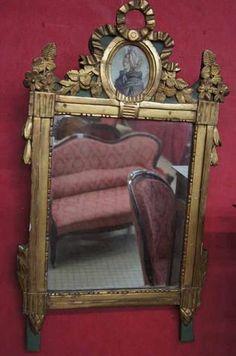 Joli miroir d'applique Louis XVI : miroir rectangulaire à fronton