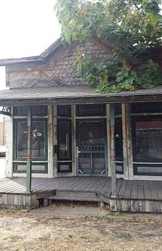 General store in Carthage, Missouri. That looks like the Whistle Stop Café in Fried Green Tomatos Old Abandoned Houses, Abandoned Mansions, Abandoned Buildings, Abandoned Places, Old Houses, Abandoned Castles, Old General Stores, Old Country Stores, Carthage Missouri