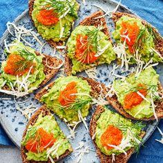 Mumsiga snittar som du trollar fram på nolltid med ett par avokado, citron, pepparrot och dill. Lägg röran på ett gott rågbröd och garnera med ett litet berg av tångkaviar. Jättegott! Avocado Toast, Food Inspiration, Tapas, Vegetarian Recipes, Veggies, Vegan, Breakfast, Berg, Hollywood