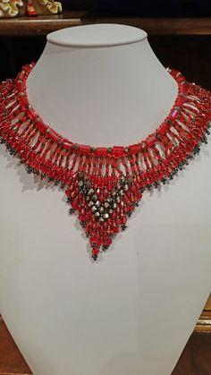 Collana gircollo con swarovski su tessitura di perline nei toni rosso/nero realiuzzata a mano : Collane di giujoux