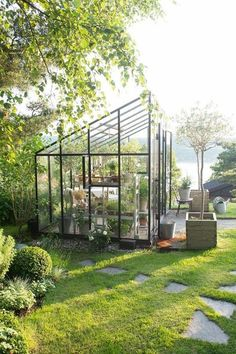 A greenhouse in iron Ellen Hodt of Corniche Interior Design. She often suggests a greenhouse or the Orangerie for their customers and many come back a… - Alles über den Garten Outdoor Greenhouse, Backyard Greenhouse, Outdoor Gardens, Greenhouse Ideas, Greenhouse Wedding, Cheap Greenhouse, Small Greenhouse Kits, Greenhouse Restaurant, Rooftop Gardens