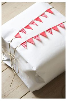 ✂ That's a Wrap ✂ diy ideas for gift packaging and wrapped presents - washi tape bunting gift wrap Wrapping Gift, Creative Gift Wrapping, Creative Gifts, Wrapping Ideas, Paper Wrapping, Paper Packaging, Pretty Packaging, Gift Packaging, Wash Tape