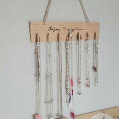 Un DIY simple pour accrocher tout vos colliers avec simplement une planche de bois sur laq...