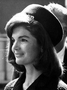 Жаклин Кеннеди в шляпке-таблетке