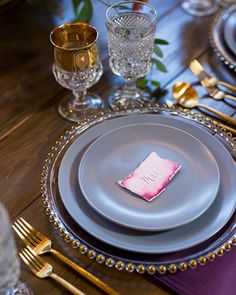 Layering plates is an amazing way to add elegance and class to your wedding table scape. Also, channel your inner Game Of Thrones with gold rimmed goblets.⠀
