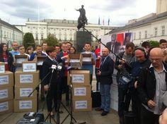 - Tak wyglądają referenda w wykonaniu PBK i PO - kwituje @BeataSzydlo prezentując zmielone podpisy.