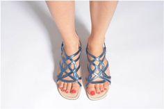 Anna Volodia Aplat Sandaler se skoene på