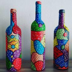 Garrafas pintadas. Modelo de riscos pintados o cliente não poderá escolher pois são riscos aleatórios...  Ps. Preço da unidade Painted Glass Bottles, Glass Bottle Crafts, Wine Bottle Art, Diy Bottle, Decorated Bottles, Creative Crafts, Diy Crafts, Glass Painting Designs, Bottle Painting