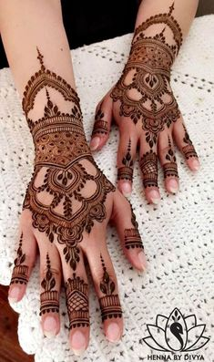 Henna is the most traditional part of weddings throughout India. Let us go through the best henna designs for your hands and feet! Cool Henna Designs, Indian Mehndi Designs, Modern Mehndi Designs, Wedding Mehndi Designs, Beautiful Mehndi Design, Latest Mehndi Designs, Mehndi Design Pictures, Mehndi Designs For Hands, Mehandi Designs