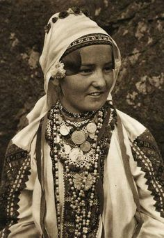 Romania - old photos - by Kurt Hielscher. Europe Fashion, Fashion History, Romania People, Monochrome Outfit, Beautiful Costumes, Folk Costume, Women Life, Ethnic Fashion, People Around The World