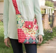 Solidify yourself as a stylista the day you debut this eye-catching bag! Your Betz White Hexie Hipster Bag Kit includes a pattern from So Sew Easy and gorgeous Joel Dewberry fabric. Modern, graphic...