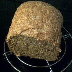 Speltbrood met pompoenpitten en peper uit de broodbakmachine. Peper weglaten