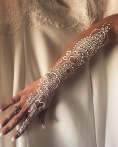 Henné blanc disponible  #henna #hennatattoo #hennart #hennadesign #hennawedding #hennartist #art #artwork #work #mehndi #mehndiart #whitehenna #kinagecesi #kına #beauty #makeup #hudabeauty #nails #tatoo #oriental #white #weddingdress #marocco #bruxelles #namur #belgium #flowers