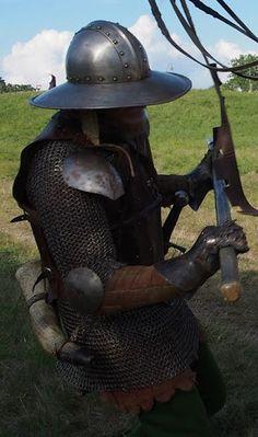 Dit model helm is vooral van waarde tijdens een belegering, als bescherming van alles wat van de muren naar beneden wordt gegooid.