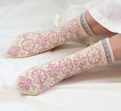 Pretty in pink socks Knitting Socks, Hand Knitting, Knitted Hats, Knitting Patterns, Cosy Socks, Little Cotton Rabbits, Pink Socks, Knitting Projects, Bunt