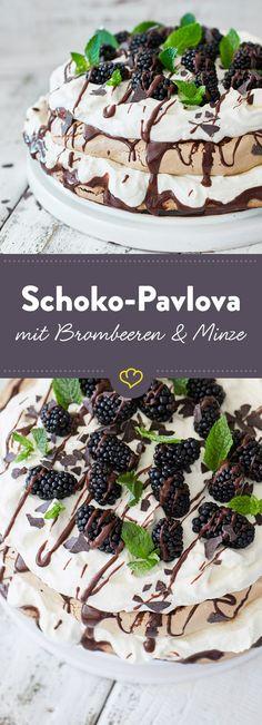 Kakao-Baiser, von Haselnussmus geküsste Sahne und cremige Schokoganache. Einmal gekostet wird diese Pavlova-Torte zur Quelle all deiner Schokoladenträume.