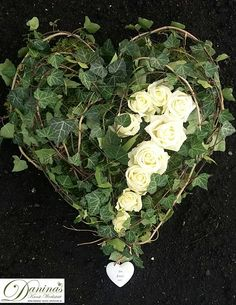 make grave design-yourself-- Grabgestaltung-selber-machen Grave Deco heart of ivy and roses - Wild Flower Arrangements, Funeral Arrangements, Diy Flowers, Colorful Flowers, Beautiful Flowers, Rose Flowers, Grave Decorations, Flower Decorations, Cemetery Flowers