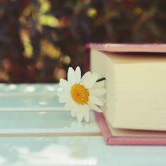 Iniziare la giornata con un buon libro è garanzia di buonumore ;)