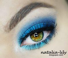 Makijaż: mocny niebieski makijaż na wieczorne wyjścia (krok po kroku)