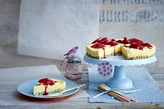 Zitronenmousse-Torte mit Rhabarber Rezept | LECKER