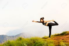 Junge Frau übt Yoga In Den Bergen Lizenzfreie Fotos, Bilder Und Stock Fotografie. Pic 27874081.