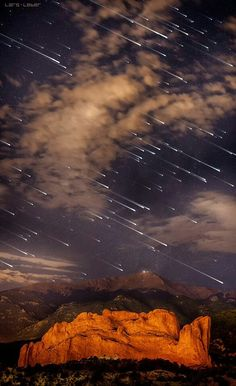 Meteor shower over Pikes Peak, Colorado I know it isn't a sun or moon.but it is an incredible photo and I live 50 miles from Pikes Peak. Have never seen a photo like this before. All Nature, Science And Nature, Amazing Nature, Pikes Peak, Beautiful Sky, Beautiful World, Beautiful Places, Meteor Shower, Natural Phenomena