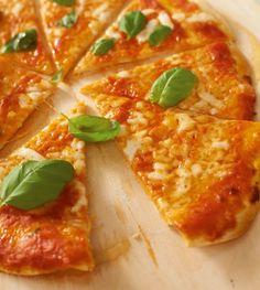 Fruchtige Tomatensoße und Mozzarella - mehr braucht eine Pizza nicht, um uns glücklich zu machen!