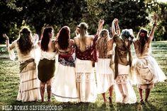 Somos mujeres salvajes que hablan nuestra verdad y bailan a los ritmos de nuestro propio tambor. Mantenemos nuestro círculo libre de la negatividad y la autocompasión. Nos apropiamos del poder que poseemos como visionarios. Nuestra medicina es fuerte, una fuente eterna de creatividad que encarna el proceso transformador de nuestros corazones desenfrenados y nos permite encarnar nuestra naturaleza indómita salvaje