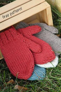 Last Minute Mittens knit in Valley Yarns Northampton Bulky. Quick, easy, and warm! As I knit for charity and always do some mittens for the kids, these look quick and easy. Crochet Mittens, Knitted Gloves, Knit Or Crochet, Crochet Pattern, Free Pattern, Knitted Mittens Pattern, Knitting Patterns Free, Free Knitting, How To Purl Knit