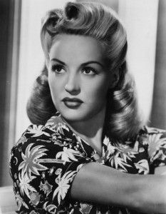 A very popular rockabilly hairstyle is victory rolls. Victory rolls became popular in the and are a great rockabilly hair sty. Old Hollywood, Viejo Hollywood, Hollywood Glamour, Hollywood Waves, Hollywood Stars, Classic Hollywood, Cabelo Pin Up, Peinados Pin Up, 1940s Hairstyles